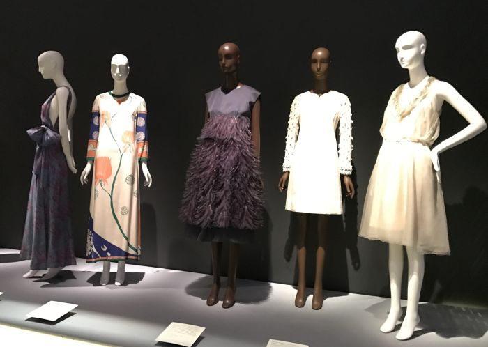 プレタポルテ誕生の時期にフォーカスした展覧会 「Paris Refashioned, 1957-1968」