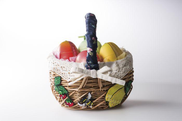 「MUVEIL(ミュベール)」のかごバッグに新宿高野の果実ゼリーを詰めた母の日ギフト発売