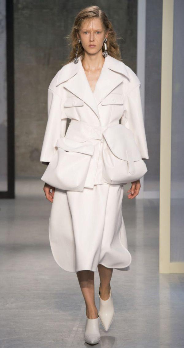 バッグを着る? 両手を解放する新発想ファッション