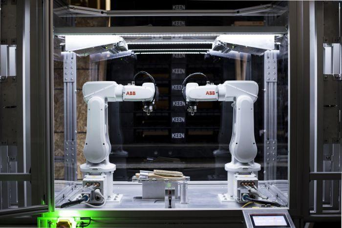 「KEEN」、世界最小のシューズ工場を東京・原宿に開業