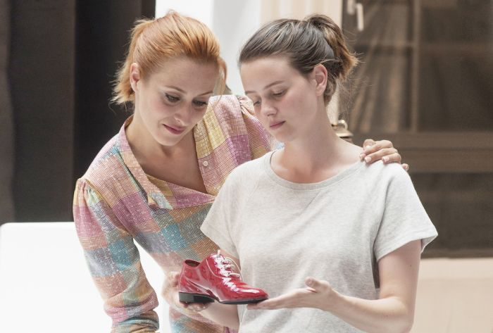 映画『ジュリーと恋と靴工場』を参考に、「赤い靴」から始める秋ファッション