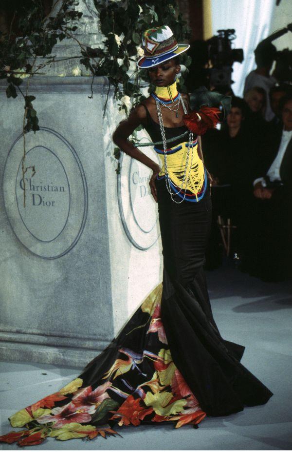 「Dior(ディオール)」でのデビューコレクションを集めた書籍 『DIOR CATWALK』出版
