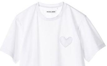 定番アイテムがさらに進化 「MUVEIL」ハート形パッチポケットTシャツとリボン飾り付きデニムワイドパンツ
