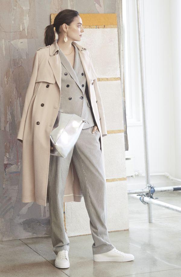 トレンチコートをもっと「春らしく」着る方法