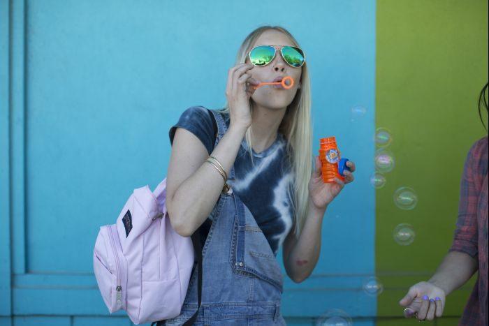 夏フェスでも街でも使える ハンズフリーバッグ活用法~ウエストポーチやミニリュックに注目~
