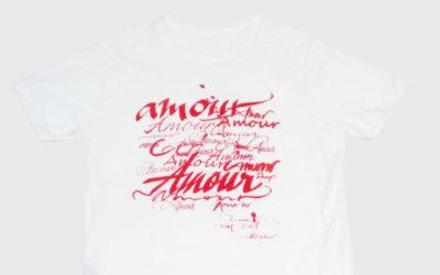 「lucien pellat-finet(ルシアン ペラフィネ)」とカリグラファーがコラボ Tシャツを発売
