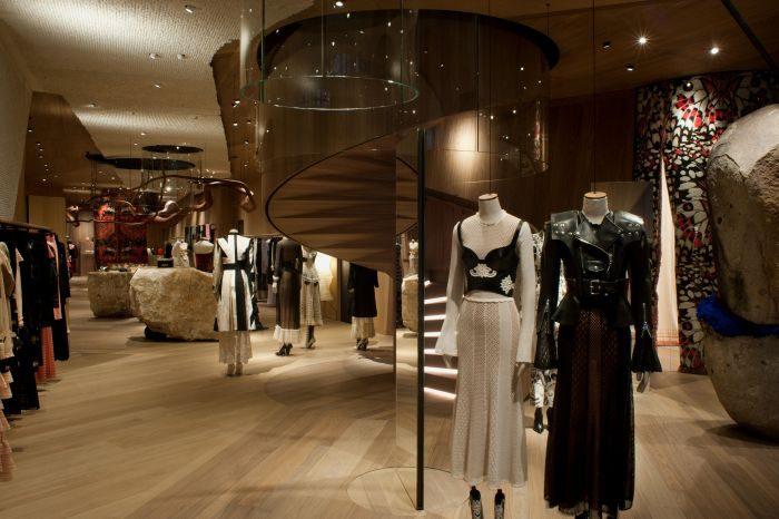 「Alexander McQueen(アレキサンダー・マックイーン)」、サラ・バートンが初めて監修した旗艦店がロンドンにオープン