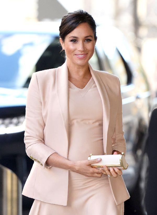 英国王室のメーガン妃、「CH CAROLINA HERRERA(シーエイチ キャロリーナ ヘレラ)」のクラッチバッグで公務