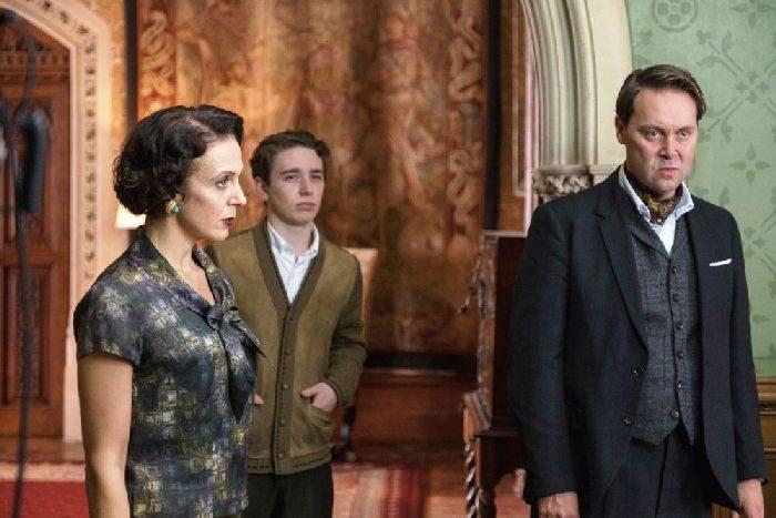 英国の50年代ルックが着こなしのお手本に 映画『アガサ・クリスティー ねじれた家』