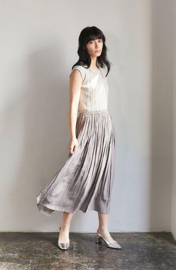 マキシ丈スカートで叶える、涼やか・縦長コーデ