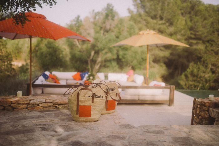 人気バッグ「クッショントート」と一緒に 「LOEWE(ロエベ)」、イビザ島でサンセットパーティ 日本からは本田翼さんにが来場