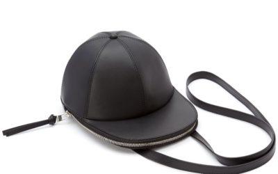 「JW ANDERSON(ジェイ ダブリュー アンダーソン)」、キャップ帽子形のウィットフルなバッグを発売