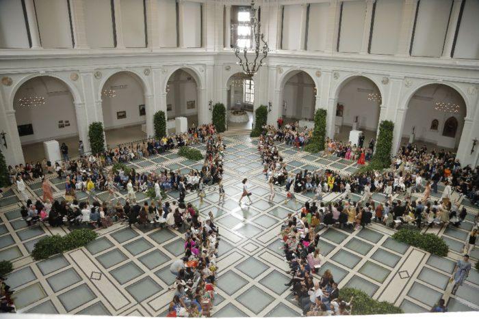 「Tory Burch(トリー バーチ)」、ニューヨークで2020年春夏コレクションを発表 80年代の活気を反映