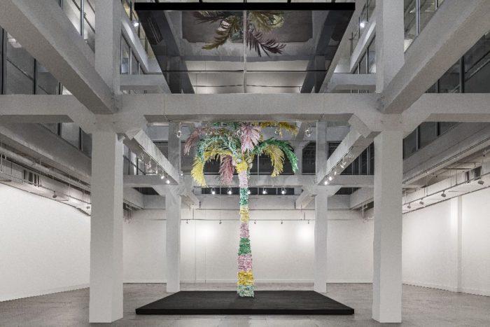 ヤシの木インスタレーションが出現 「THOM BROWNE(トム ブラウン)」、大規模なパブリックアートを公開