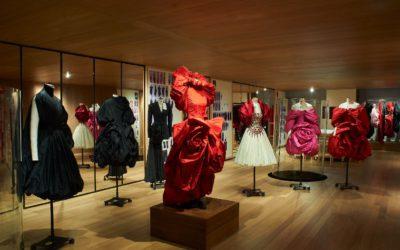 「アレキサンダー・マックイーン」、ロンドンの旗艦店にクリエイティブ体験の空間をオープン エキシビション「Roses」が一般公開