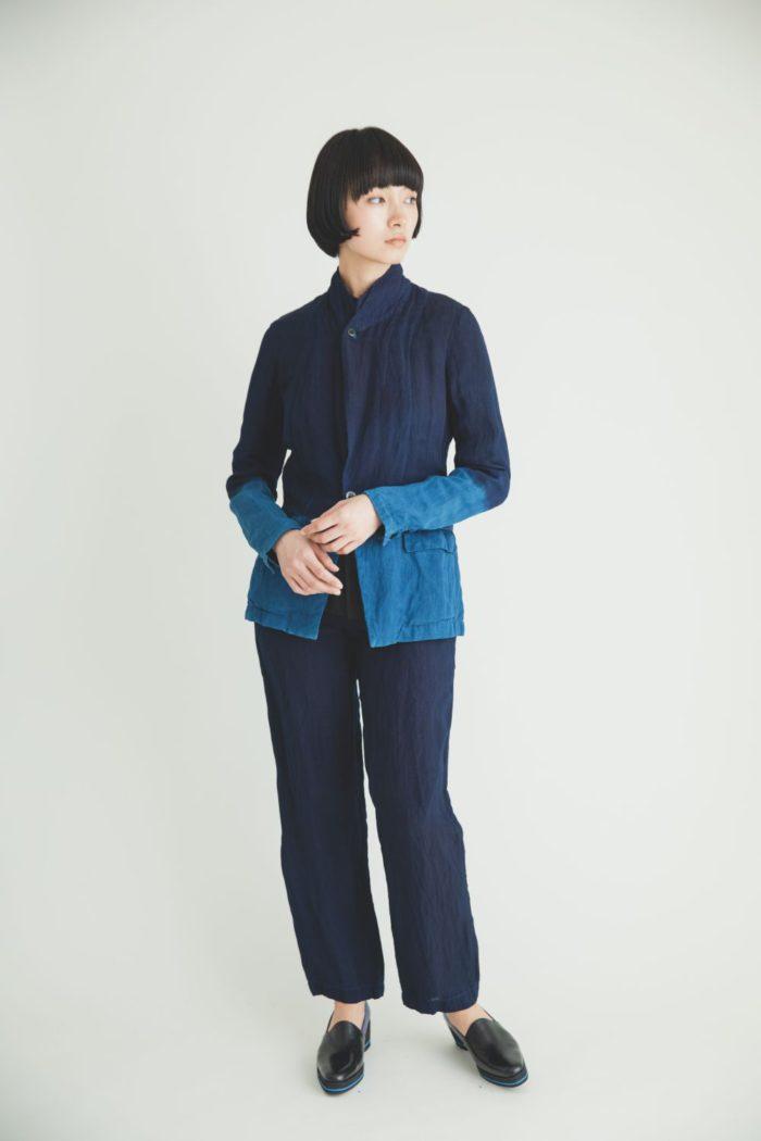 「matohu(まとふ)」の藍染めブルー服で涼やかに テレビ会議でも視線引き込む