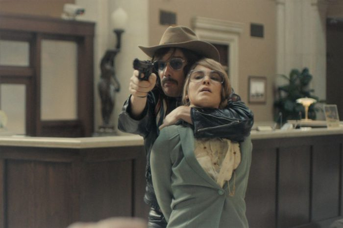 漂う70年代ムード、ファッションにも注目 銀行強盗描いた実話映画『ストックホルム・ケース』