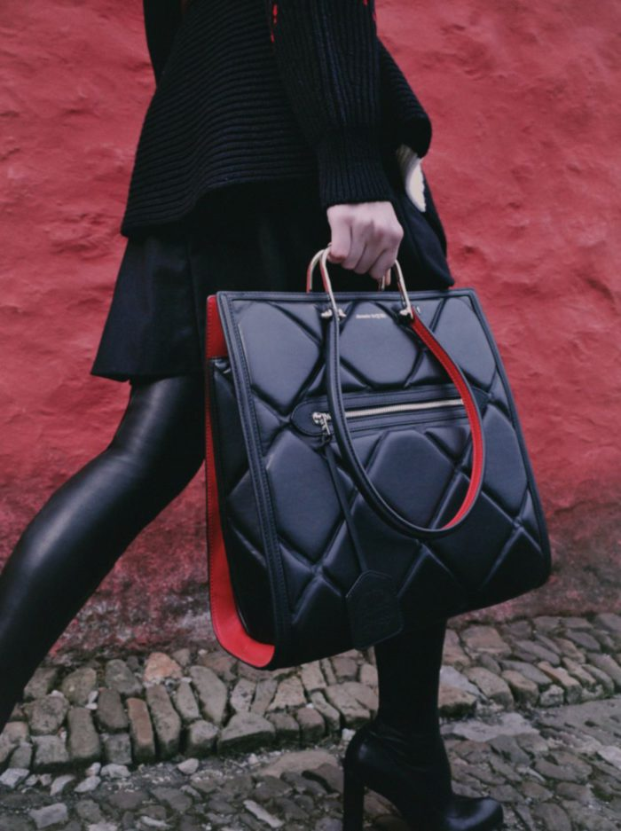 「ALEXANDER McQUEEN(アレキサンダー・マックイーン)」、新作バッグ「THE TALL STORY BAG(トールストーリーバッグ)」を発売