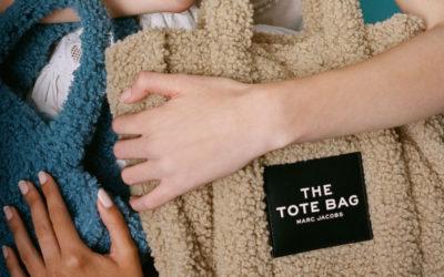 テディベアのようなもこふわ素材 「THE MARC JACOBS(ザ マーク ジェイコブス)」の「THE TEDDY SMALL TRAVELER TOTE BAG」が登場