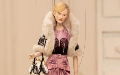 「MOSCHINO(モスキーノ)」、2021年春夏コレクションを発表 内側と外側を逆転  操り人形がランウェイに