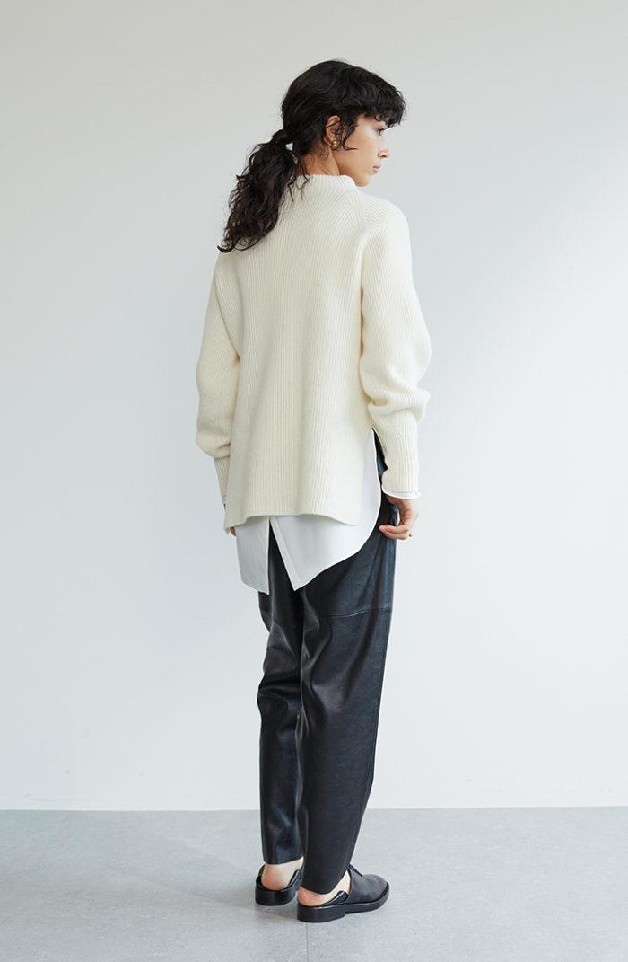 ざっくりニットを今年らしく着こなすには、異素材との合わせが最適!