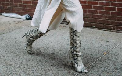新手のブーツインはスラックスやゆる系パンツで! 着やせと引き締め効果にも期待