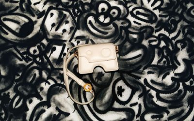 大胆な穴開きモチーフ 「OFF-WHITE c/o VIRGIL ABLOH™」、新作バッグ「Burrow Bag / バロウ バッグ」を発売