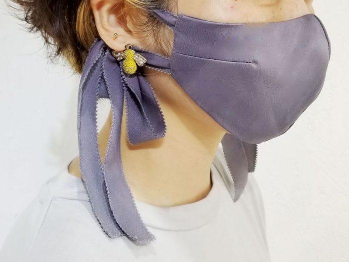 リボンとブローチがおしゃれな「troisiemechaco(トロワズィエムチャコ)」のマスク
