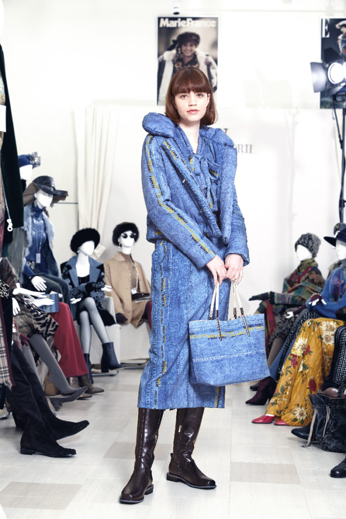 「YUKI TORII(ユキ トリヰ)」、2021-22年秋冬コレクションを発表 マネキンをジャーナリストに見立てたランウェイ