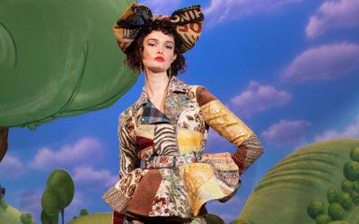 「MOSCHINO(モスキーノ)」、2021-22年秋冬コレクションを発表 ハリウッド初期の舞台に見立てた演出