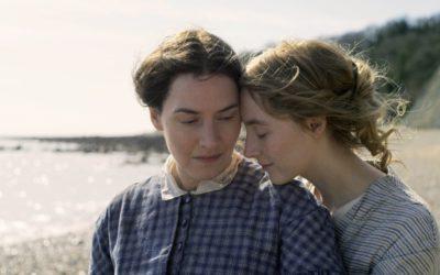 ケイト・ウィンスレットとシアーシャ・ローナンが初共演 映画『アンモナイトの目覚め』が公開 クラシックな襟元ファッションにも注目