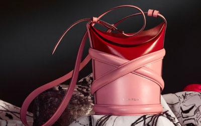 「Alexander McQueen(アレキサンダー・マックイーン)」、新作バッグ「The Curve(カーブ)」を発売 ハーネスのシルエットからイメージ