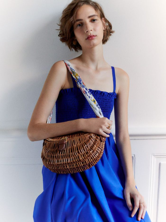 パリジェンヌ流アレンジがお手本! 初夏の装いをスカーフで格上げ