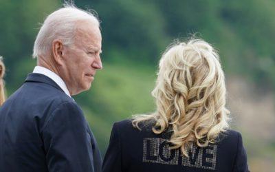 ジル・バイデン大統領夫人が「ZADIG & VOLTAIRE(ザディグ エ ヴォルテール)」を着用 背中に大きく「LOVE」のメッセージ