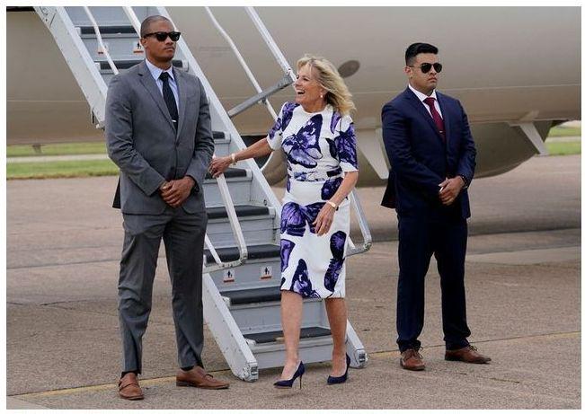バイデン米大統領夫人のファッションセンス 柄物の着こなしに注目