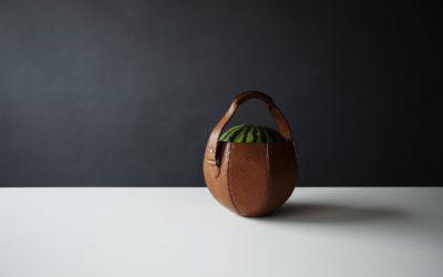 土屋鞄製造所、スイカ専用バッグを発売 職人魂からあふれ出る遊び心